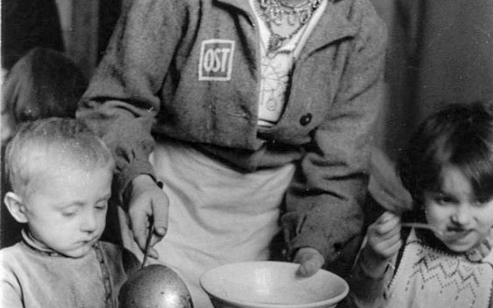 """ADN-Zentralbild -Archiv Das faschistische Deutschland im II. Weltkrieg 1944. In einem Lager f¸r die von den deutschen Faschisten zwangsdeportierten Menschen aus der Sowjetunion, einem sogenannten """"Ostarbeiterlager"""", Februar 1944. Essenausgabe im Kinderhort des Lagers. Aufnahme: Schwahn   571-44 Scherl Bilderdienst"""