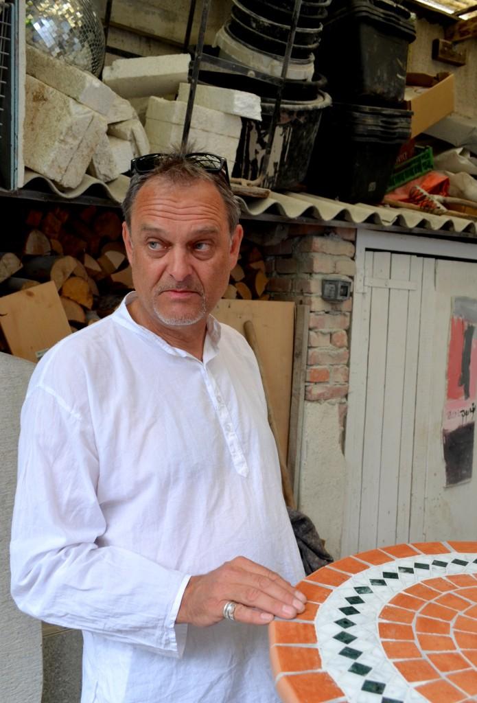 Der Steinmetz Georg Eichinger vor seiner Werkstatt